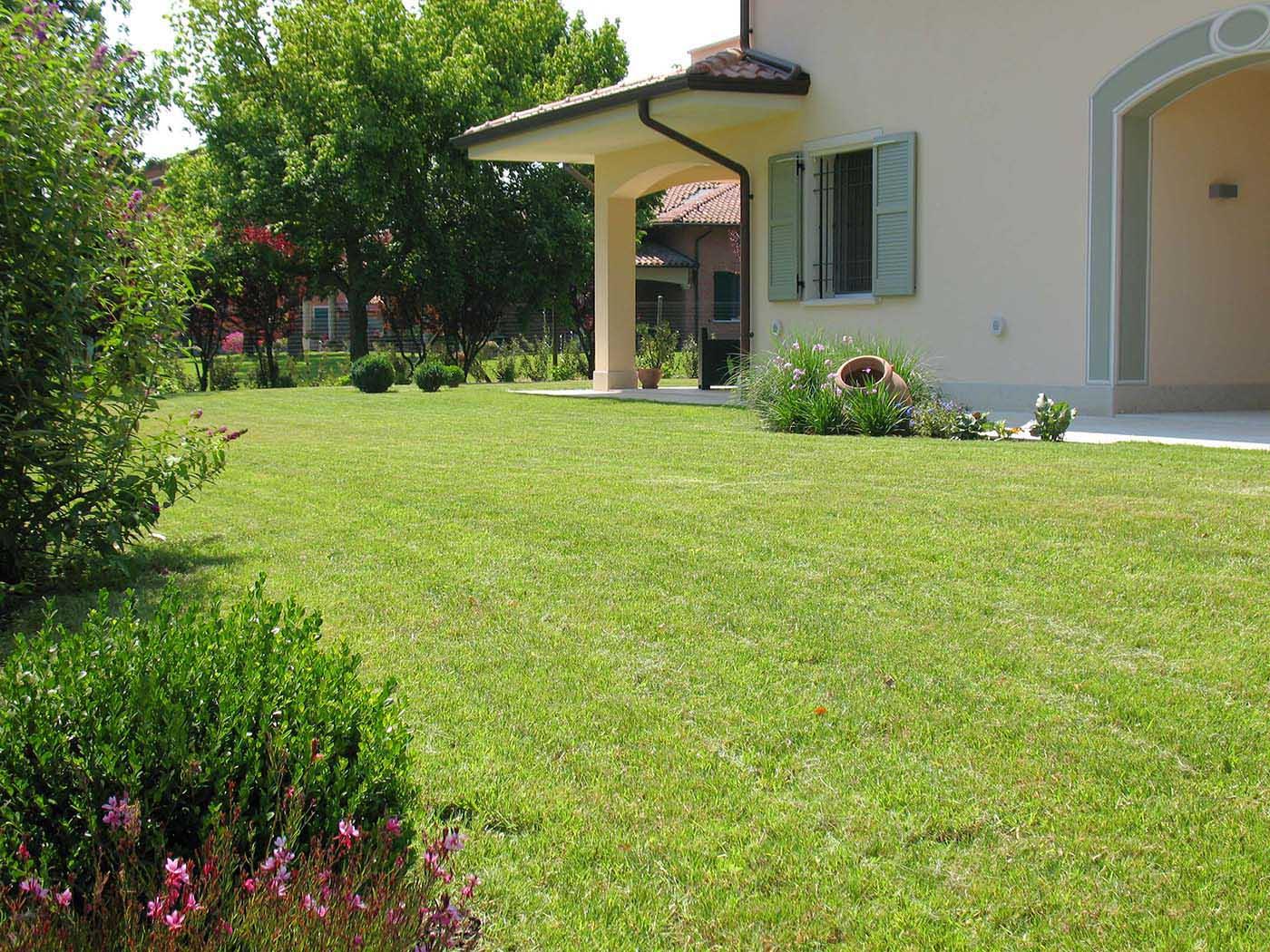 Giardini modena 2 giardiniere modena green creations for Progettazione aiuole